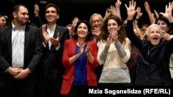 Грузия президенттігінен басты үміткерлердің бірі Саломе Зурабишвили (ортада қызыл түсті киімде) дауыс беру аяқталғаннан кейін экзит-пол нәтижесін тамашалап тұр. Тбилиси, 28 қазан 2018 жыл.