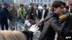 Пораненого внаслідок нападу доправляють у лікарню, 16 грудня 2014 року