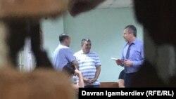 Албек Ибраимов со своими адвокатом в зале суда.
