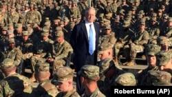 Министр обороны США Джим Мэттис с военными
