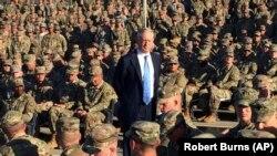 Министр обороны США Джим Мэттис с военными.