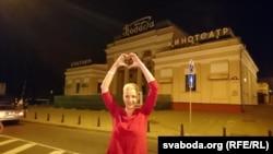 Марыя Калесьнікава каля кінатэатру «Перамога» пасьля вызваленьня, 8 жніўня