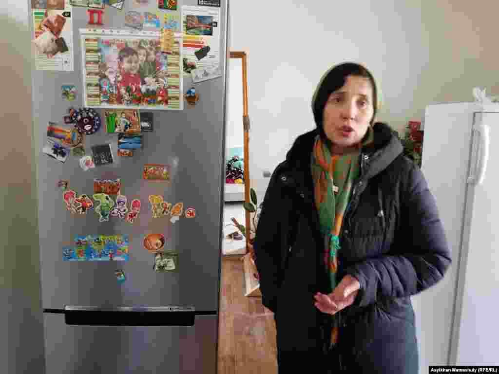 Айгуль Хасенова, житель поселка, в подтопленном доме.