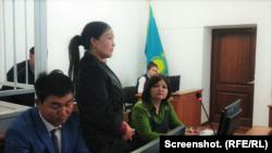 Сайрагуль Сауытбай (в центре) на судебном заседании в городском суде Талдыкоргана по ее прошению об убежище в Казахстане, 28 марта 2019 года.