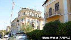 """Архитектурные постройки в старой части города Темиртау, задействованные в съемках фильма """"Путь лидера"""". Темиртау, 21 августа 2012 года."""