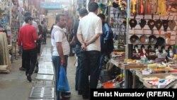 Кара-Суу базары Борбор Азиядагы ири базарлардын катарына кирет. 10-май, 2014-жыл.