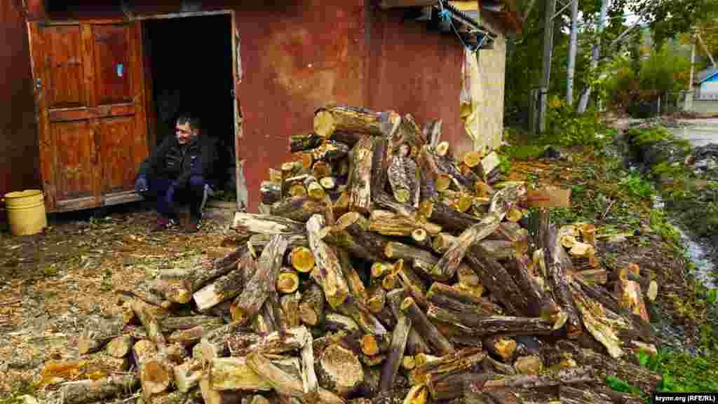 Гори нарубаних дров, чурок можна побачити практично в кожному дворі Соколиного