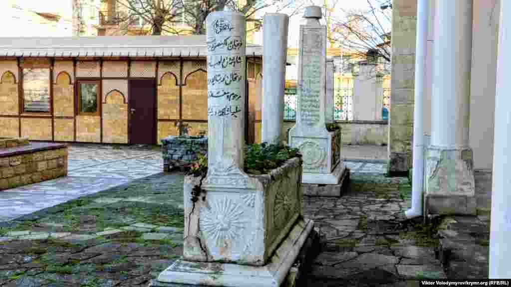 На території мечеті є некрополь з мармуровими надгробками турецьких воєначальників, які воювали в Кримській війні