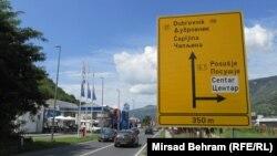 Saobraćajni znak postavljen na sjevernom ulazu u Mostar, u mjestu Sutina, ukazuje na prestrojavanje prema Zapadnoj Hercegovini