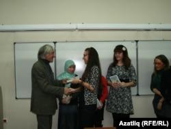 Мансур Вәли-Барҗылы студентларга бүләкләр тапшыра
