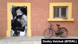Портрет Пьера Паоло Пазолини (1922-1975) на двери музея кино в Болонье, где хранится его архив