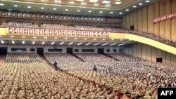 Верховное народное собрание КНДР аплодирует очередному переизбранию Ким Ир Сена на высший государственный пост страны. Эксперты считают, что так же будет аплодировать и его преемнику.