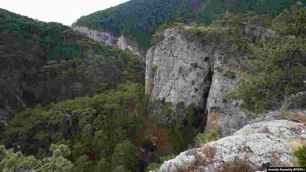 Длина каньона Уч-Кош — около 5,6 километра, ширина — от 100 до 300 метров в разных местах, высота над уровнем моря — 210 метров