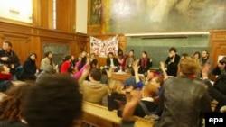Впервые после волнений 1968 года Сорбонна вновь захвачена студентами