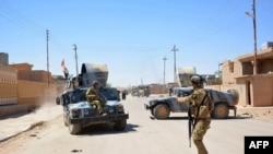 Иракские правительственные силы патрулируют улицы города Рутба.