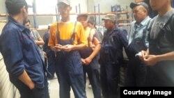 Рабочие завода.