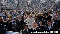 Рим папасы Франциск Михаил Месси атындағы стадионда. Тбилиси, 1 қазан 2016 жыл.