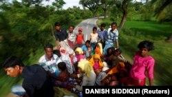 Refugiaţi Rohingya în drum spre tabăra din Cox's Bazar, Bangladesh