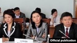 ЖС төрайымы Феруза Жамашева (солдо), баш прокурор Аида Салянова жана юстиция министри Алманбет Шыкмаматов.