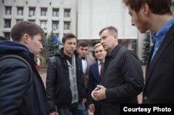 Валентин Наливайченко спілкується зі студентами після лекції в Інституті журналістики, Київ