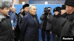Prezident Nursultan Nazarbayev Zhanaozendə polislərlə görüşərkən