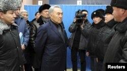 Назарбаев полицейлерден Жаңаөзен оқиғасы болған күні қызметтерін қалай атқарғанын сұрап тұр. Жаңаөзен, 22 желтоқсан 2011 жыл.
