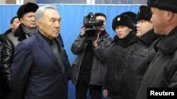 Президент Казахстана Нурсултан Назарбаев говорит с сотрудниками полиции в Жанаозене, 22 декабря 2011 года.