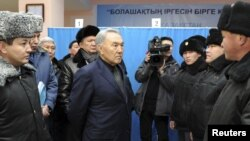 Президент Казахстана Нурсултан Назарбаев беседует с сотрудниками полиции после событий в Жанаозене. Декабрь 2011 года.