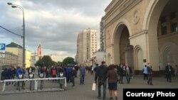 У входа в метро в Москве. Иллюстративное фото.