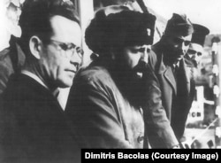 Отец Димитриса Баколаса (крайний слева) с военачальником ЭЛАС