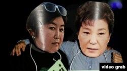 Protestues në Kore të Jugut mbajnë maska të presidentes së vendit dhe shoqes së saj të akuzuar për korrupsion
