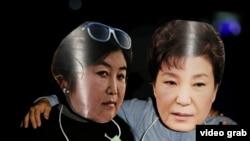 Участники протеста в масках отстраненного президента Южной Кореи Пак Кын Хе (справа) и её подруги Чхве Сун Силь