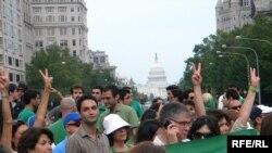 تصویری از راهپیمایی ایرانیان در واشینگتن در حمایت از اعتراضات
