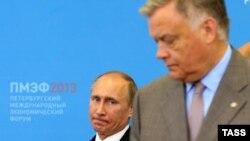 Владимир Якунин, руководитель «Российских железных дорог» (справа) и президент России Владимир Путин (слева). Санкт-Петербург, 20 июня 2013 года.