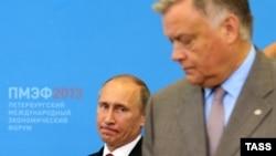Ресей президенті Владимир Путин (сол жақта) мен Ресей мемлекеттік темір жолының басшысы Владимир Якунин. Санкт-Петербург, 20 маусым 2013 жыл.