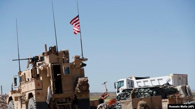 Укрепленный пост Армии США вблизи города Манбидж на севере Сирии. Апрель 2018 года