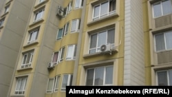 Кондиционеры на фасадах жилых домов. Алматы.