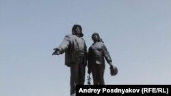 Ямал. Памятник строителям. Архивное фото
