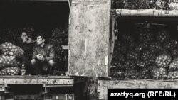 Продавец на рынке в Уральске. Фото Гордея Трищенкова.