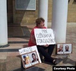 Мать Барзукаева расположилась на ступеньках отдела полиции