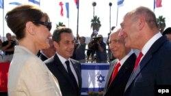 نیکلا سرکوزی همراه با همسرش کارلا برونی در مراسم خداحافظی با مقام های اسرائیلی. (عکس: EPA )