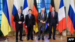 Nga e majta ministrat Fabius, Klimkin, Steinmeier dhe Lavrov në takimin mbrëmë vonë në Berlin