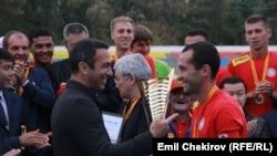 <p>Мелдештин ардактуу коногу катары футбол боюнча Франция курамасынын экс-оюнчусу дүйнөнүн жана Европанын чемпиону Юрий Жоркаефф чакырылып, жеңүүчүлөргө кубок тапшырды.</p>