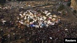 « حکم رهبر باطل باید گردد» از جمله شعارهايی است که در ميدان تحرير و تظاهرات اعتراضی ديگر سر داده است.