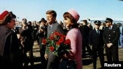 Президент Кеннеди с Жаклин Кеннеди за несколько часов до убийства. Даллас, 22 ноября 1963