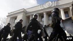 Ուկրաինա – Ոստիկանության զորքերը հեռանում են խորհրդարանի մերձակայքի պաշտպանական դիրքերից, Կիև, 21-ը փետրվարի, 2014թ.