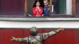 Soldat și copii în Popasna, lângă Luhansk, aproape de front.