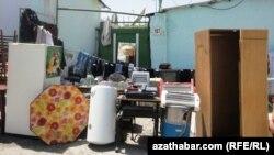 Хозяева частного дома в районе Чандибиль, который подлежит сносу, вынесли мебель и домашнюю утварь на улицу. Ашгабат, 3 августа 2012 года.