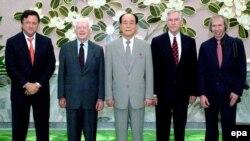 Ким Йонг Нам-Раиси парламенти Кореяи Шимолӣ(дар марказ) ва собиқ президенти ИМА Ҷиммӣ Картер (дуюм аз чап)