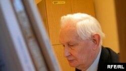 استفان ويلکانوويچ، استاد دانشگاه و رييس يک انتشاراتی بزرگ در لهستان است.